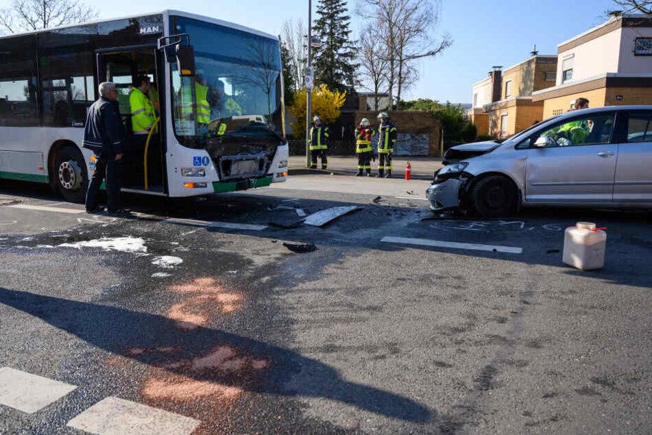 Auto kracht beim Überholen frontal in Schulbus: 16 Verletzte!