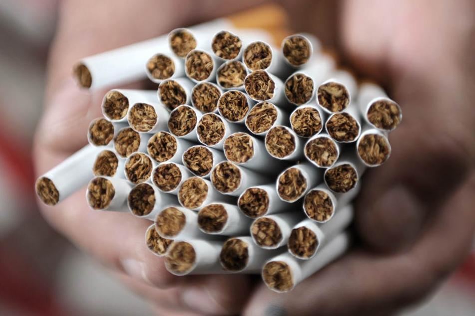 Die Räuber fragten nach einer Zigarette, dann gingen sie auf den Jugendlichen los. (Symbolbild)