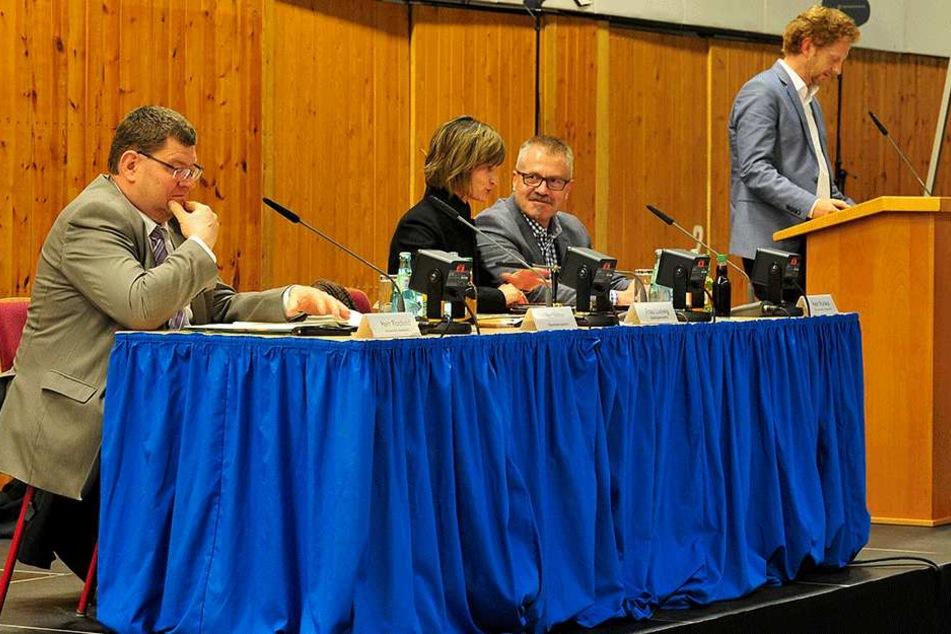 Auf der Bürgerversammlung in Kappel sprach OB Ludwig (Mi.) über das neue Unterbringungskonzept für alleinreisende Flüchtlinge.