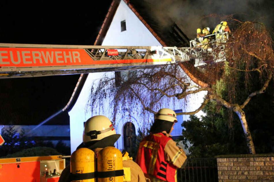 Feuerwehrleute bei der Löscharbeit.