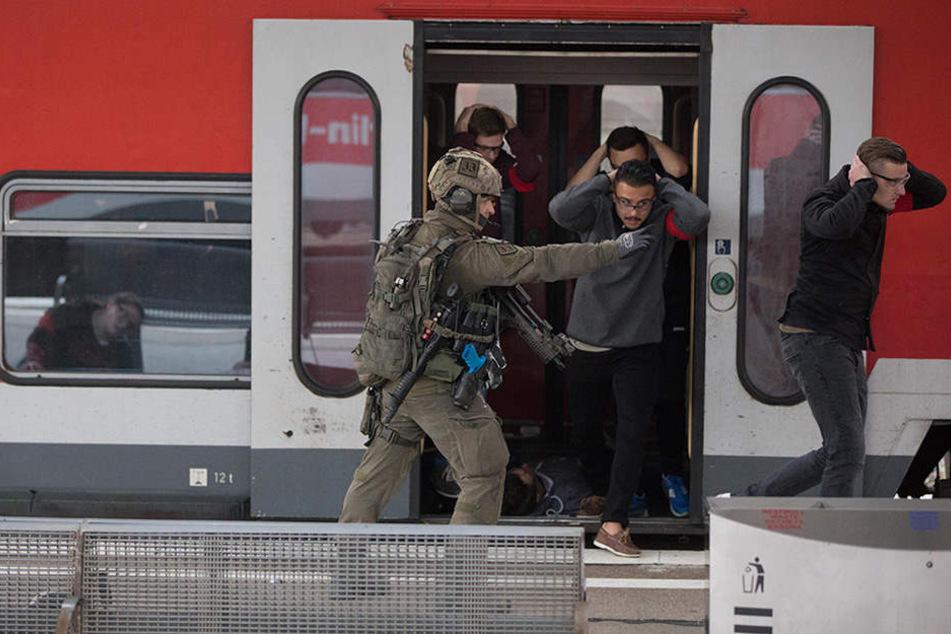Einheiten der KSB, der BFE+ und der GSG9 evakuieren auf dem Bahnhof Lichtenberg in Berlin Menschen aus einem Zug.