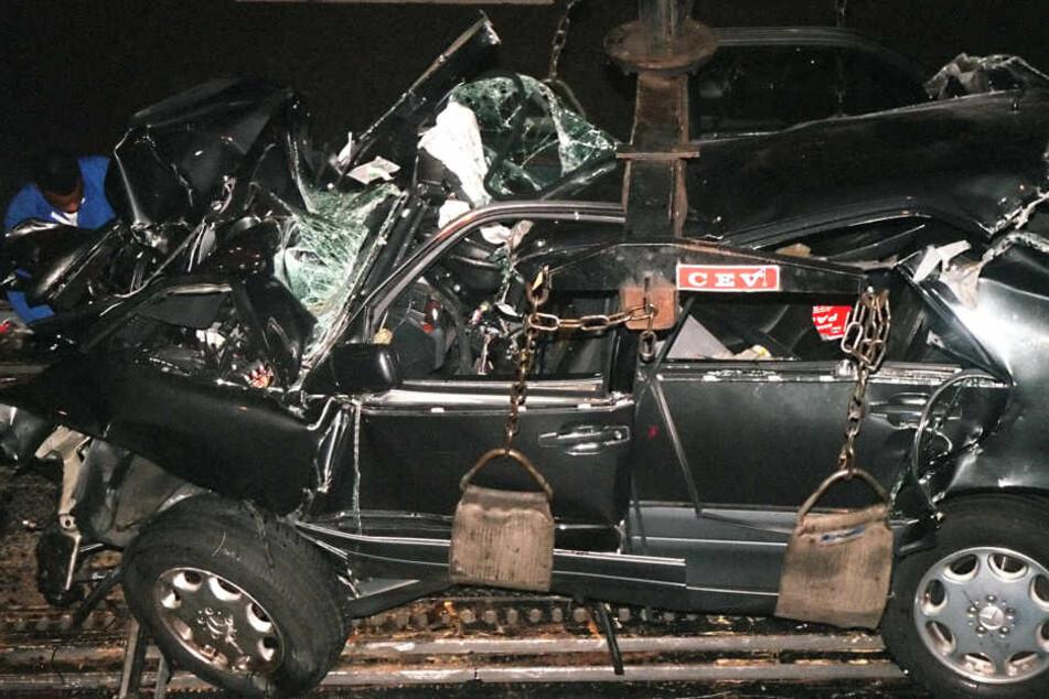 Das zertrümmerte Fahrzeug, in dem Prinzessin Diana und ihr Begleiter Dodi al-Fayed in Paris ums Leben gekommen sind.