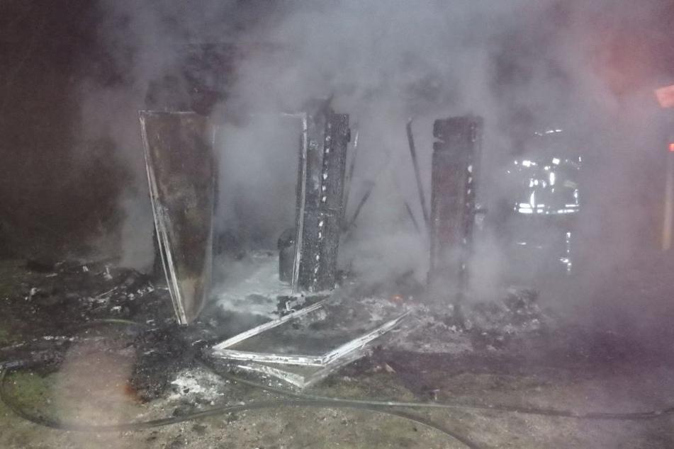 Eine heftige Explosion hat den Geldautomaten gesprengt.