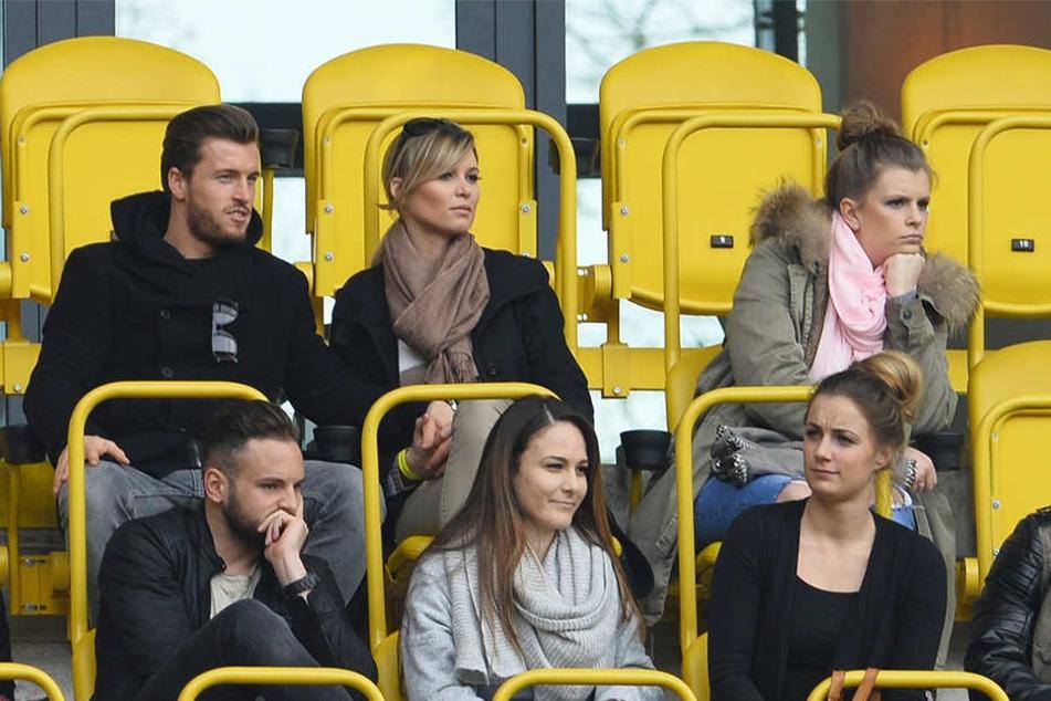 Hier sitzen die beiden noch Händchen halten auf der Tribüne im DDV-Stadion. Diese Bilder wird es von den beiden nun nicht mehr geben.