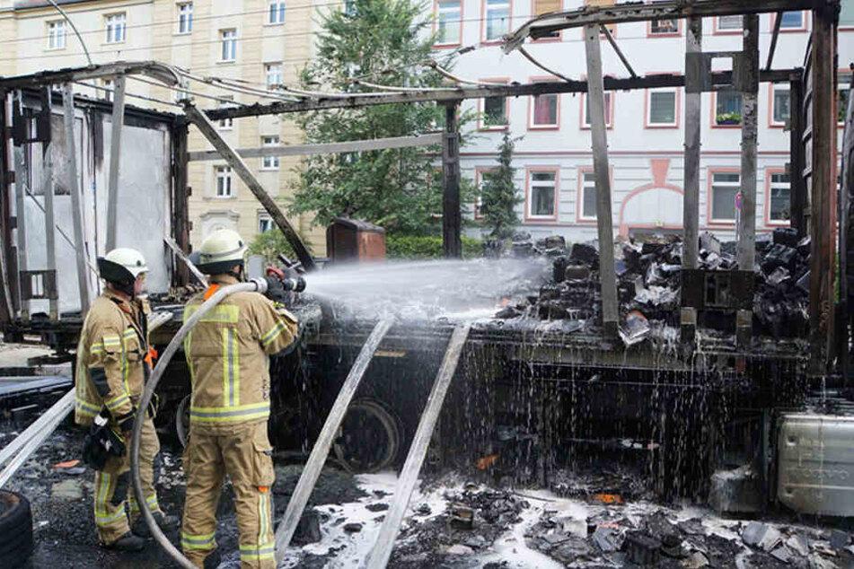 Nach und nach trugen Feuerwehrleute die zerstörten Batterie-Chargen ab und brachten sie zum nächstgelegene BSR-Recyclinghof.