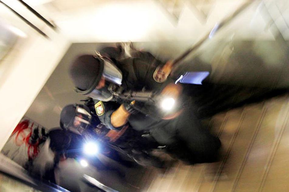 Spezialkräfte der Polizei nahmen am Mittwoch in Wuppertal und Wülfrath vier Männer fest (Symbolbild).