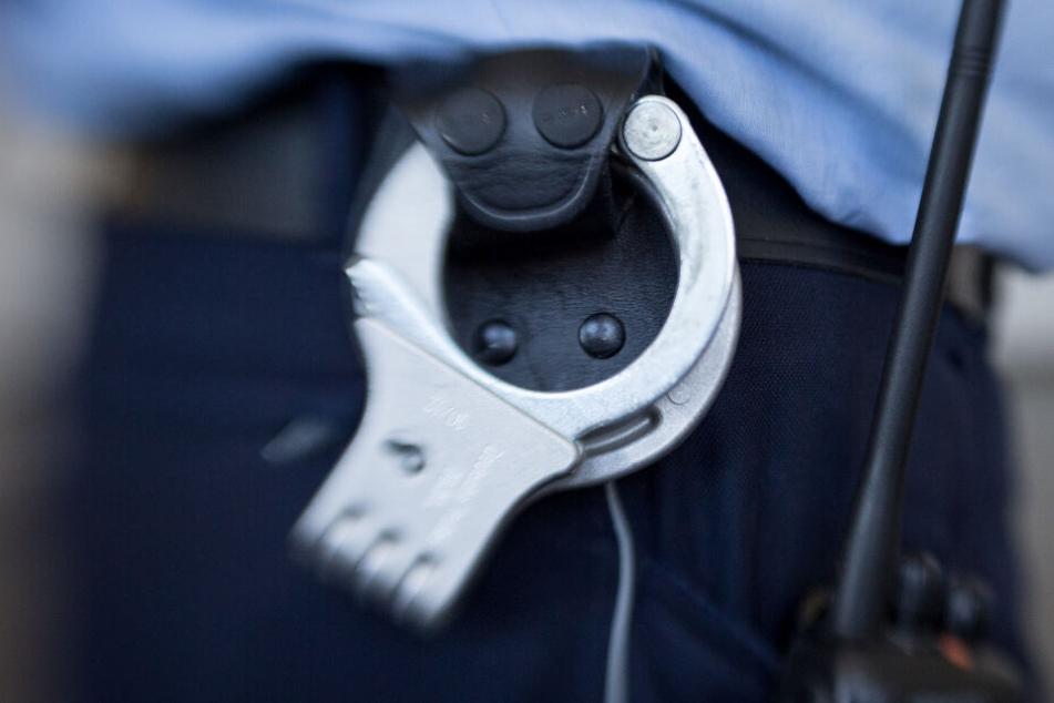 Die alarmierte Polizei nahm den Mann fest. (Symbolbild)