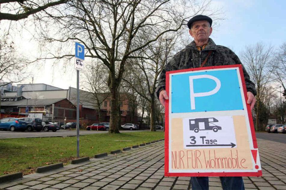 Park-Falle! Mit diesem Schild will ein 78-Jähriger vor Knöllchen warnen