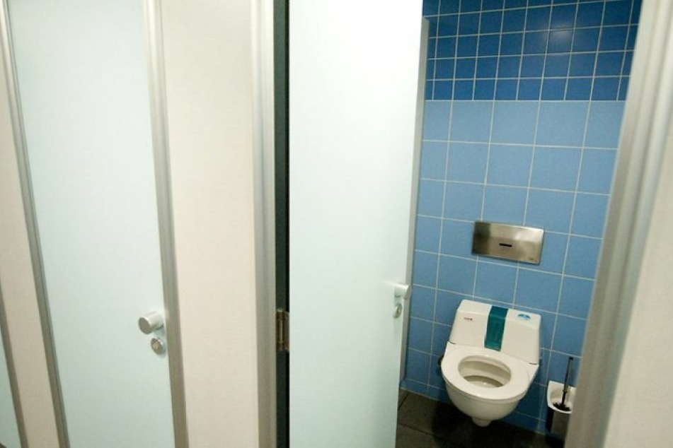 """Die Einsatzkräfte rechneten mit einer Leiche in der Wohnung. Doch es war nur eine """"intensiv genutzte Toilette"""". (Symbolbild)"""