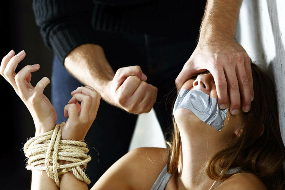 Mit Schlägen und Vergewaltigungen soll er die Frau gefügig gemacht haben. (Symbolbild)