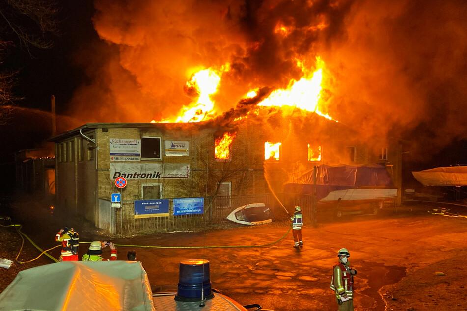 Die Feuerwehr kämpft gegen den Brand.