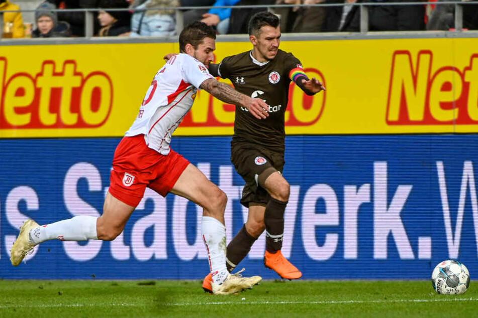 Waldemar Sobota läuft Gegenspieler Marco Grüttner davon.