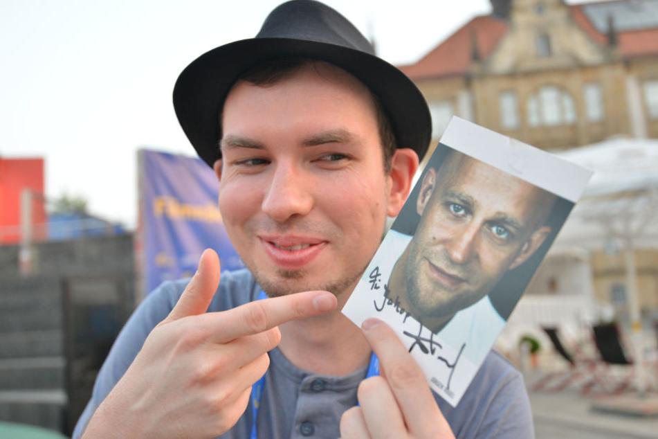 """Redakteur Jakob Nützler hat seinen Namen noch nie hinten mit """"p"""" gesehen. Trotzdem freut er sich über das Autogramm als Erinnerungsstück."""