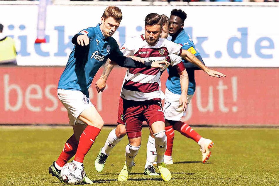 Niklas Kreuzer (vorn, r.) hat hier gegen Kiels Alex Mühling das Nachsehen. Den Dresdner Kollegen ging es über 90 Minuten nicht besser.
