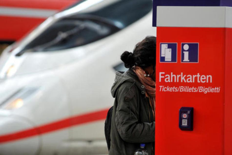 Die Mutter hatte es nicht mehr geschafft, am Bahnhof vor der Abfahrt Tickets zu kaufen. Das wurde ihr zum Verhängnis. (Symbolbild)
