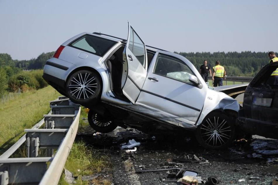 Der VW wurde bei dem Zusammenstoß auf die Leitplanke geschleudert.
