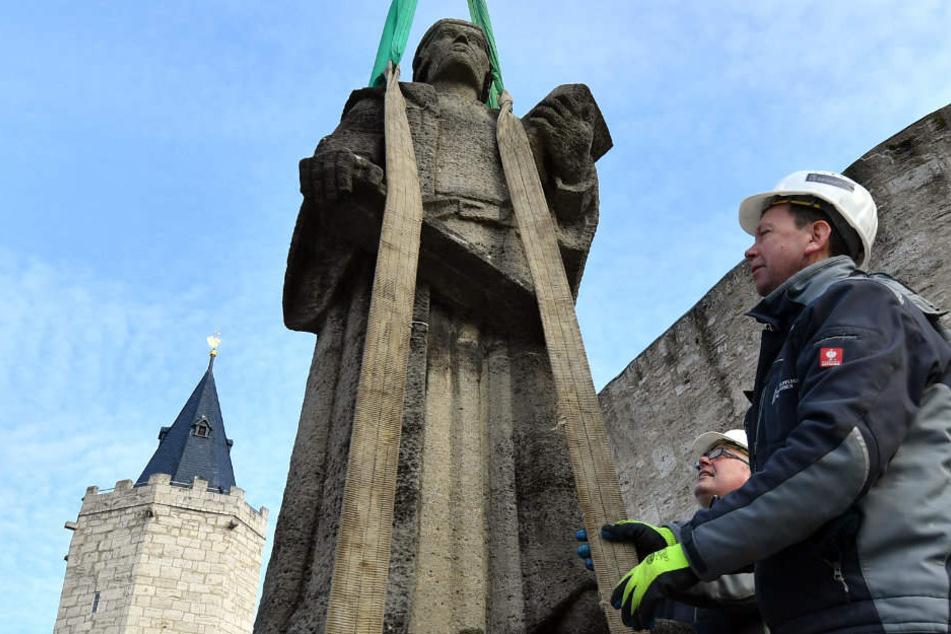 Albert Hanstein (r.) und Bertram Schollmeyer bringen das Denkmal von Thomas Müntzer in Sicherheit.