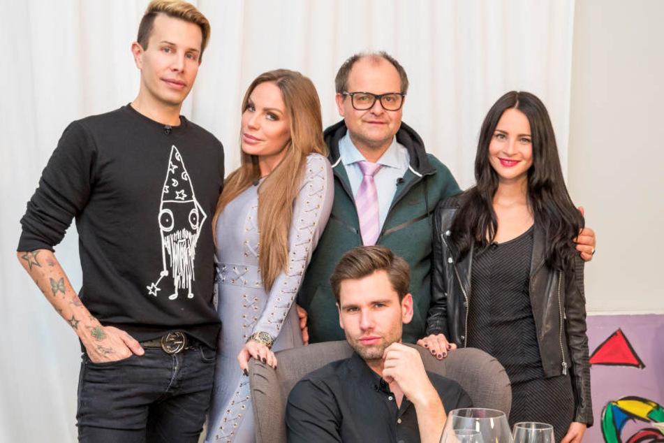 """Florian Wess, Gina-Lisa Lohfink, Markus Majowski, Alexander  """"Honey"""" Keen und Nicole Mieth - noch vereint, bevor Honey des Tisches verwiesen wurde."""