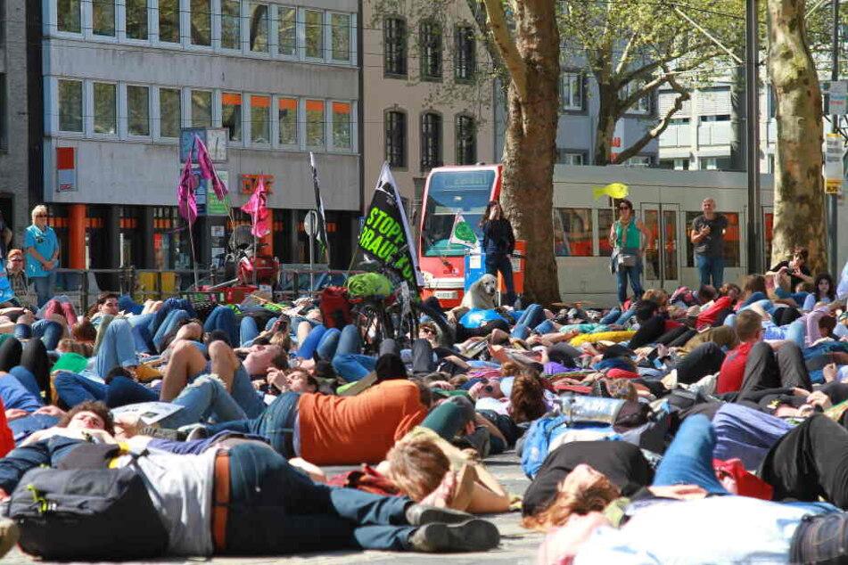 Die Demonstranten legten sich einige Minuten regungslos auf den Kölner Neumark und setzten so ein Zeichen für den Klimaschutz.