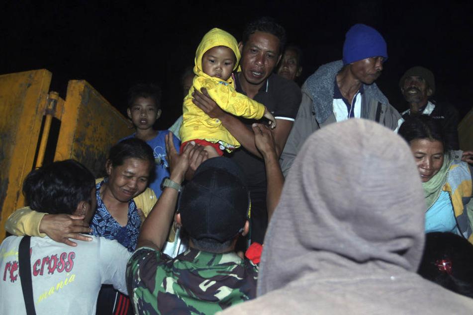 Tausende Menschen sammeln sich schon in den provisorischen Notunterkünften.