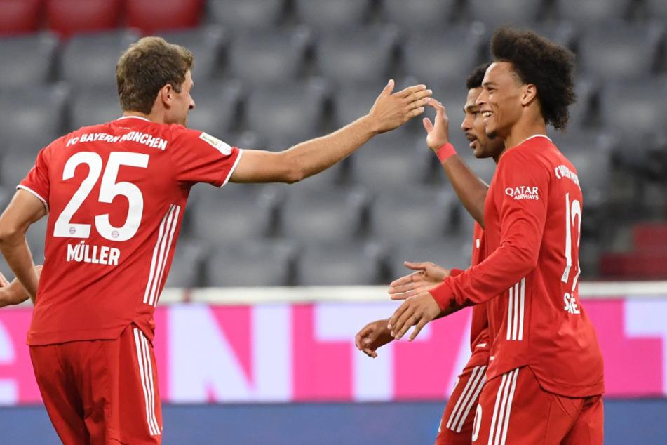 Serge Gnabry (2.v.r.) bejubelt sein Tor zum 4:0 mit Thomas Müller (l.) und Leroy Sané.