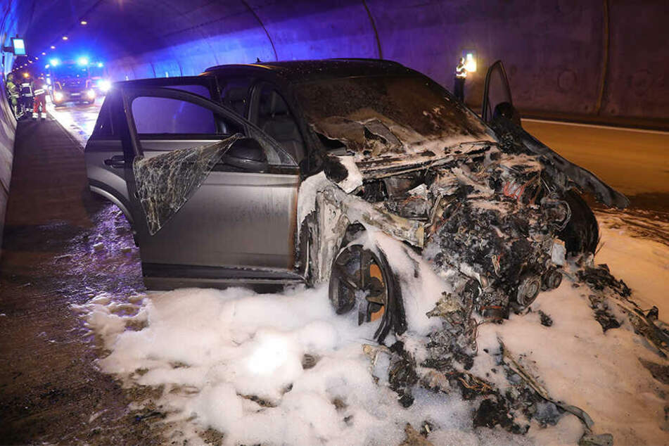 Ein Audi Q7 brannte komplett aus.