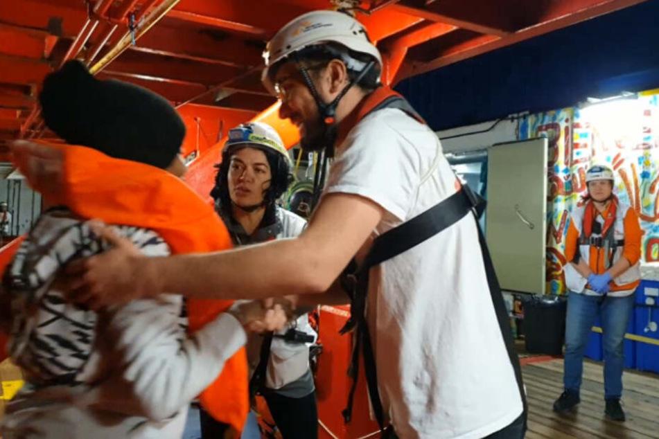 Video-Aufnahmen zeigen die helfende Crew der Ocean Viking, die die Flüchtlinge in Sicherheit bringt.
