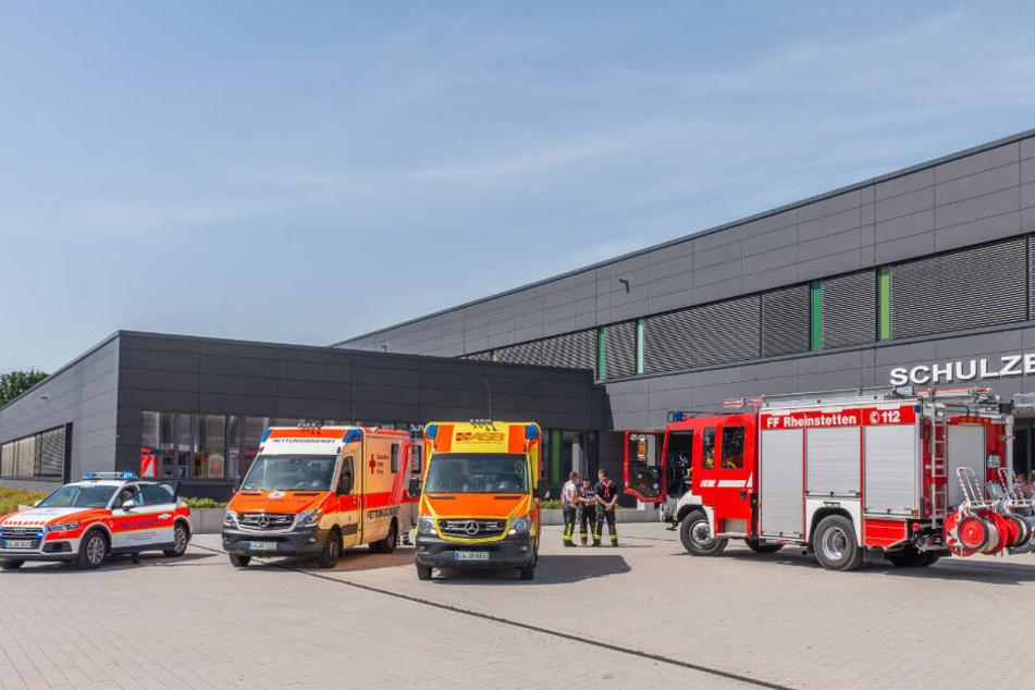 Feuerwehr und Rettungswägen vor der Schule.