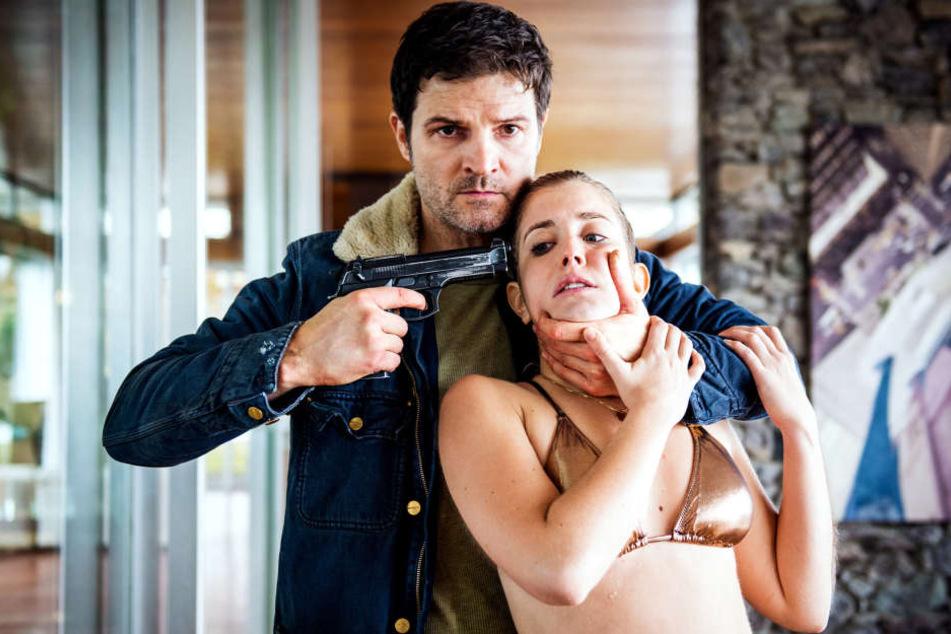 """Mike (Mišel Matičević) nimmt als """"Rich Kid"""" Leonie Seematter (Cecilia Steiner) als Geisel."""