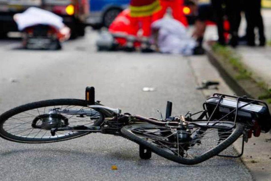 Nach dem Auffahrunfall in Moabit schleuderte ein Auto auf die ihr Rad schiebende Frau. (Symbolbild)