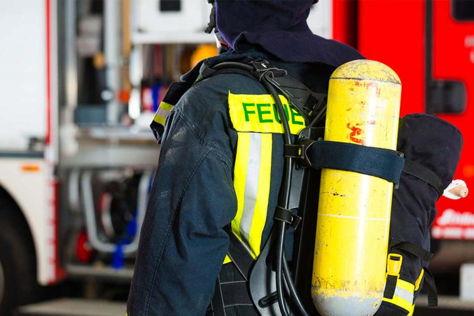 Die tote Frau, die in der brennenden Wohnung entdeckt wurde, starb durch Gewalteinwirkungen. (Symbolbild)