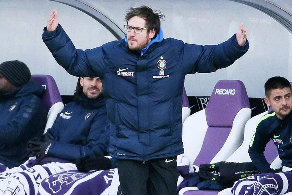 Trainer Hannes Drews (M.) ist überzeugt, dass seine Elf in Berlin ein gutes Spiel zeigen wird.