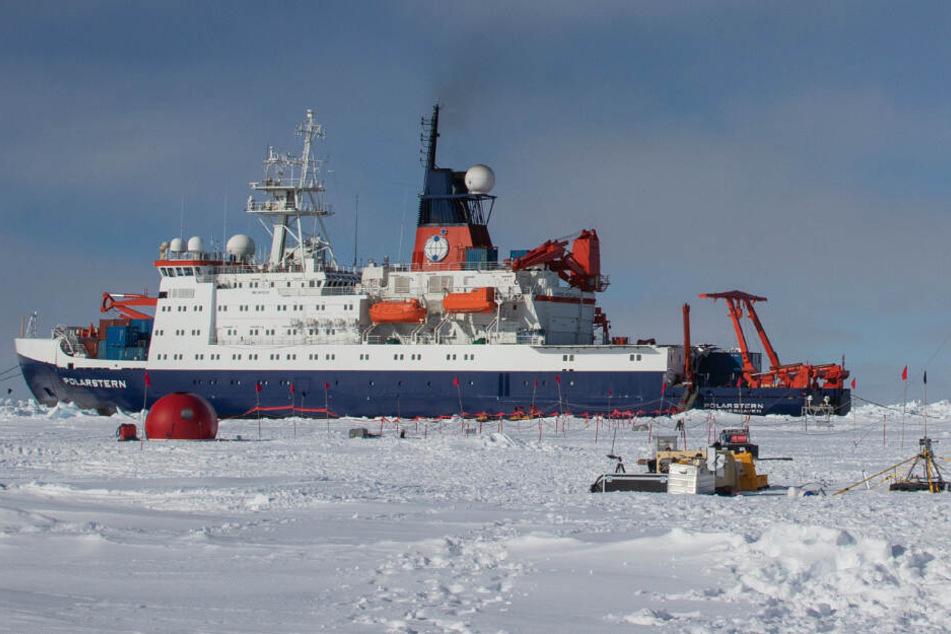 Die Polarstern ist von Eis umgeben.