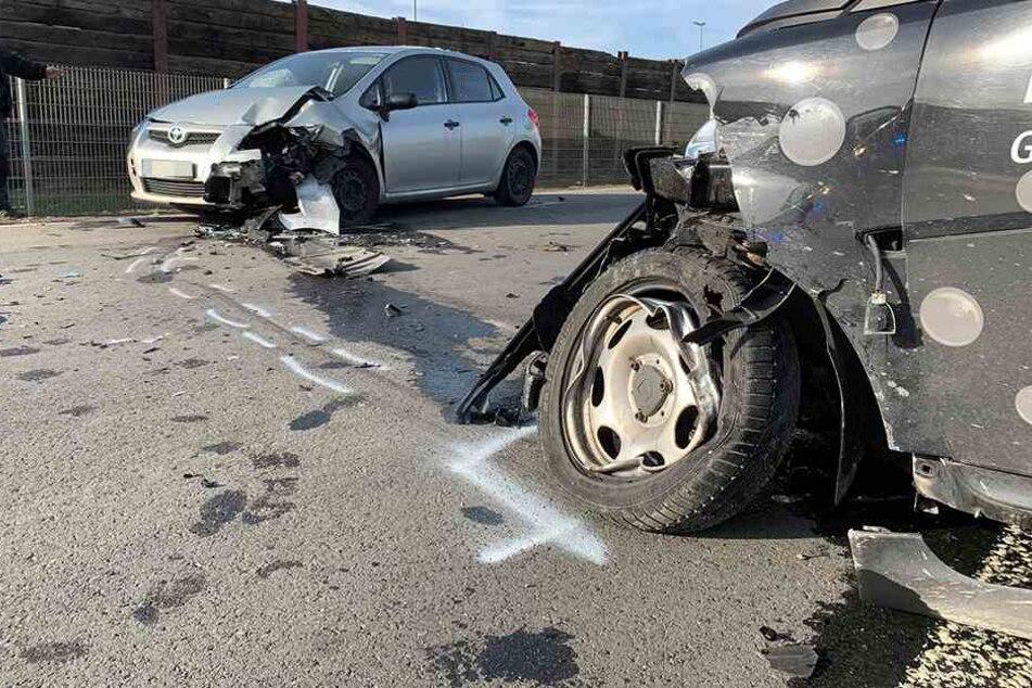 Smart gerät in Gegenfahrbahn und knallt in Toyota: Fahrer in Klinik