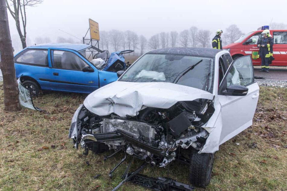 Beide Autos wurden bei dem Unfall stark demoliert.