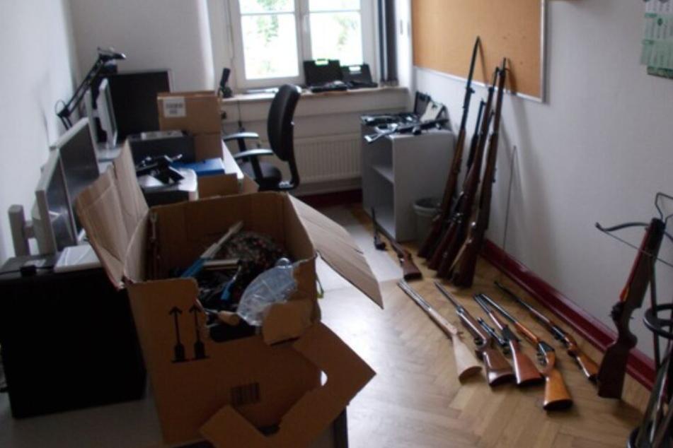 Der Besitzer hatte zahlreiche Waffen in seiner Wohnung gelagert.