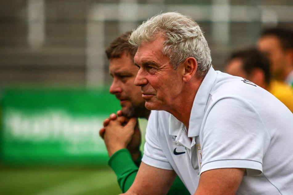 BSG-Trainer Dietmar Demuth (r.) sah zwar einen Sieg seiner Mannschaft, die Leistung gegen den Landesklasse-Verein Zeißig war aber alles andere als überzeugend. (Archivbild)