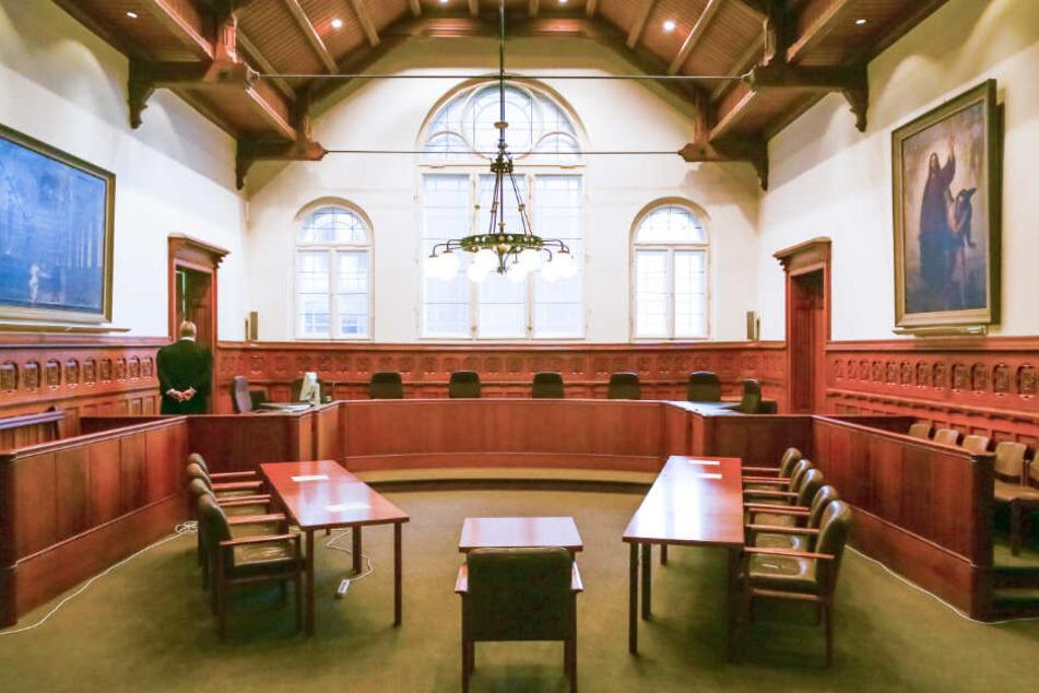 Ein Mitarbeiter steht im Gerichtssaal in Flensburg. (Archivbild)