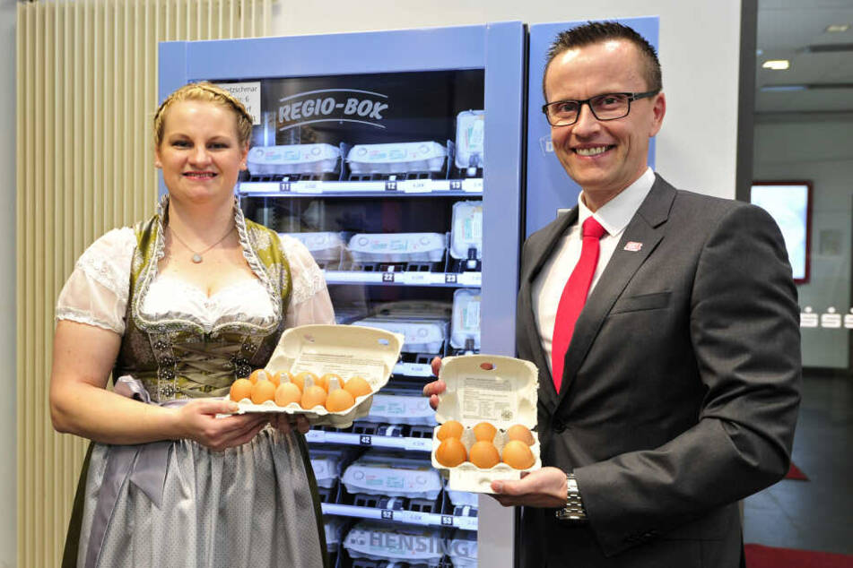 Sarah Kretzschmar (32) und Sparkassen-Vorstand Michael Kreuzkamp (50) nahmen am Dienstag den Eier-Automaten in Betrieb.