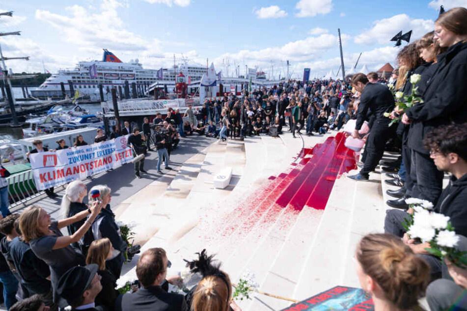"""Klimaschützer sorgen für """"blutigen"""" Schock-Moment bei Cruise Days"""