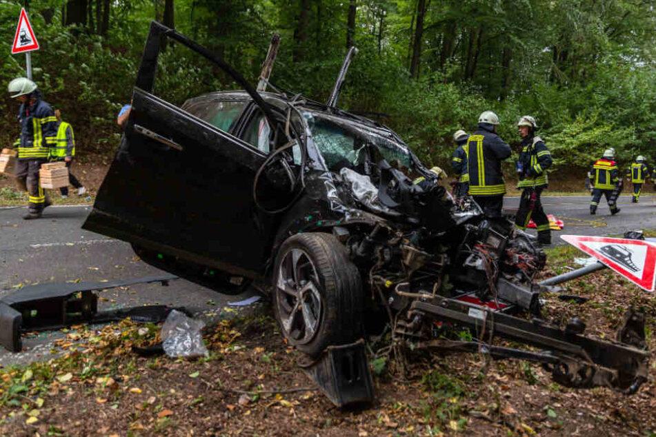 Das Auto ist ein Totalschaden.