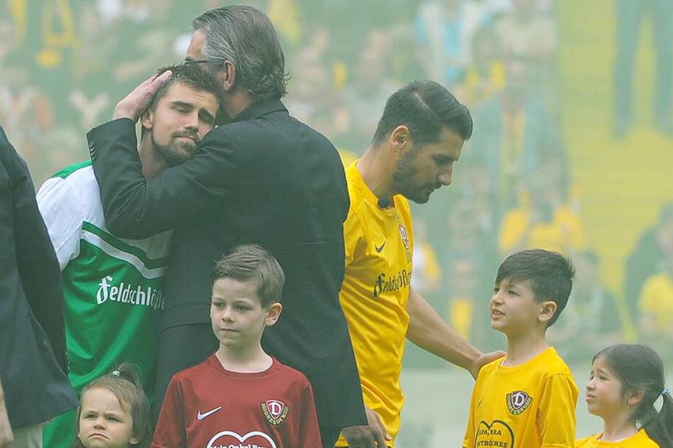 Ralf Minge drückt Benny Kirsten - der Abschied von Dynamo war für beide emotional.