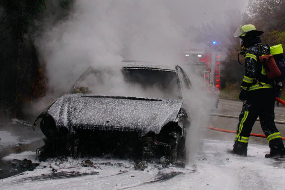Die Feuerwehr löschte den brennenden Mercedes.