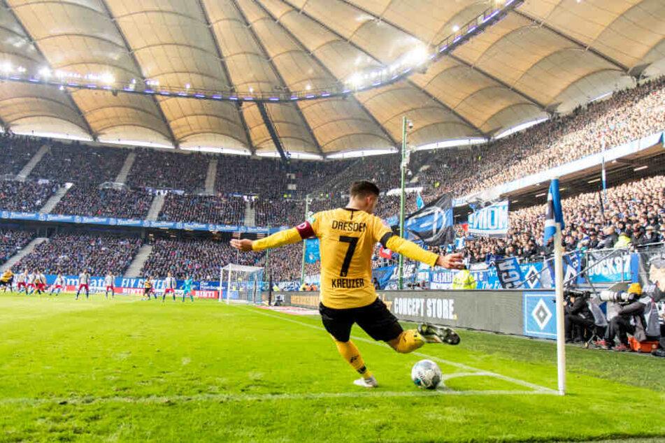 Niklas Kreuzer tritt vor der prächtigen Kulisse des Hamburger Volksparkstadions einen Eckball.