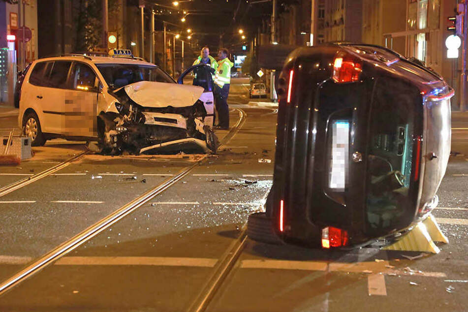 VW-Fahrer rammt Taxi und muss aus Wagen befreit werden