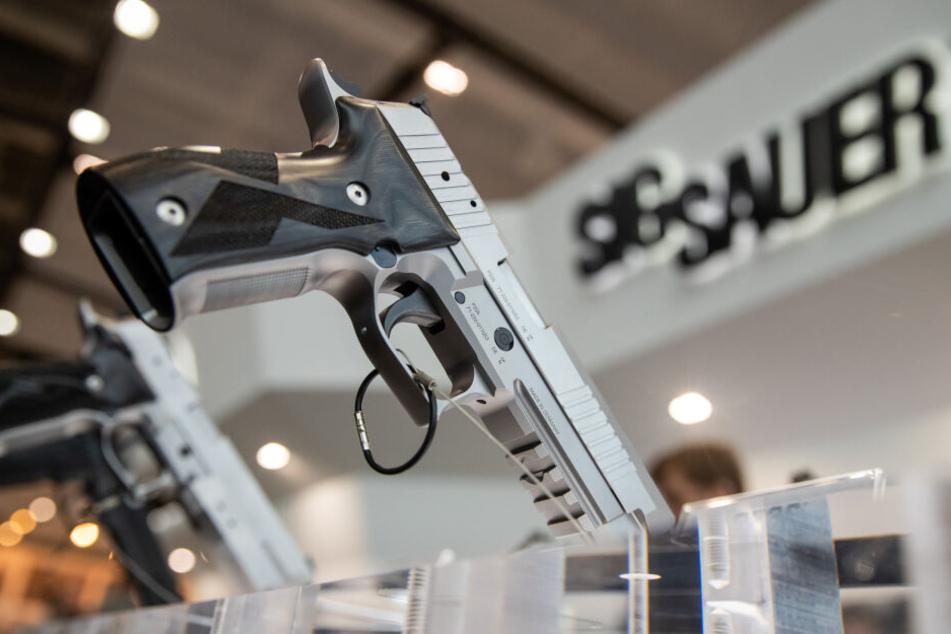 Eine Handfeuerwaffe vom Typ P226 des deutschen Waffen-Herstellers Sig Sauer ist auf einer Fachmesse am Stand des Unternehmens ausgestellt.