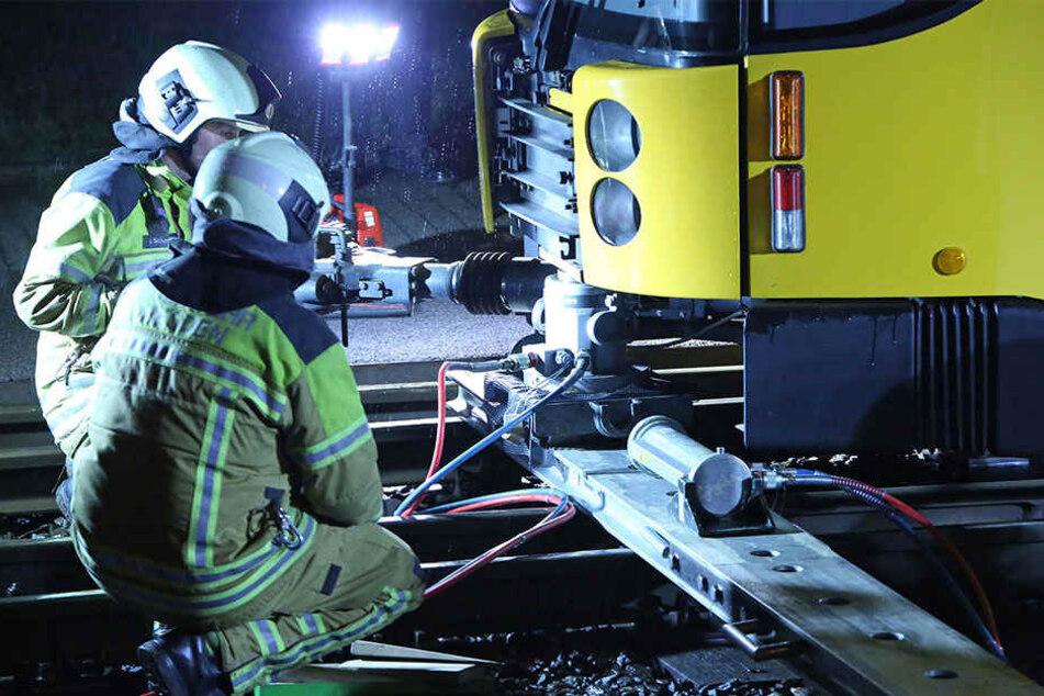 Mit hydraulischen Hebern brachte die Feuerwehr die Bahn wieder in die Spur.