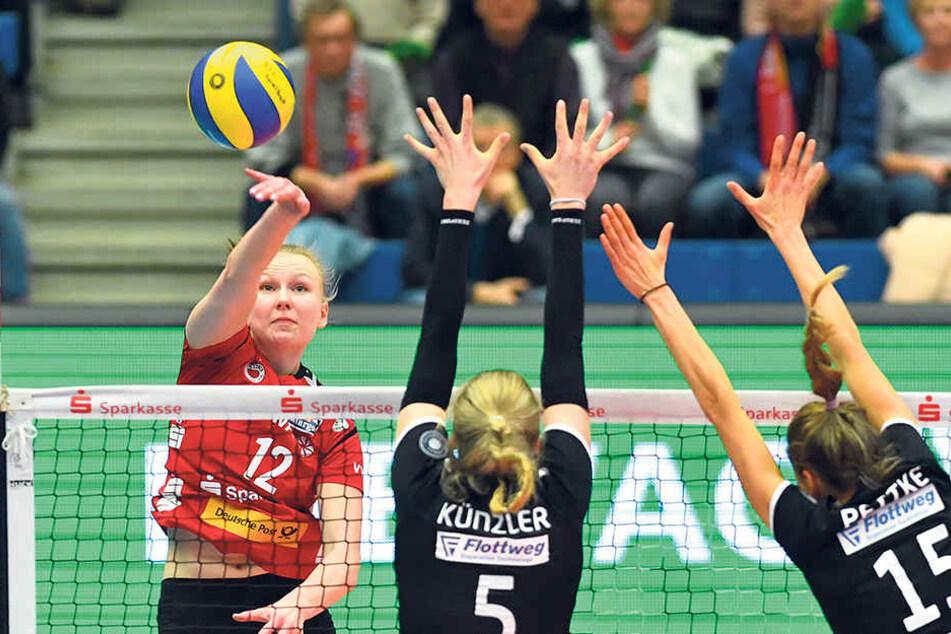 Dresdens Piia Korhonen (l.) im Angriff. Das ist in der neuen Bundesligasaison erstmals am 21.11. gegen Vilsbiburg live bei Sport1 zu sehen.