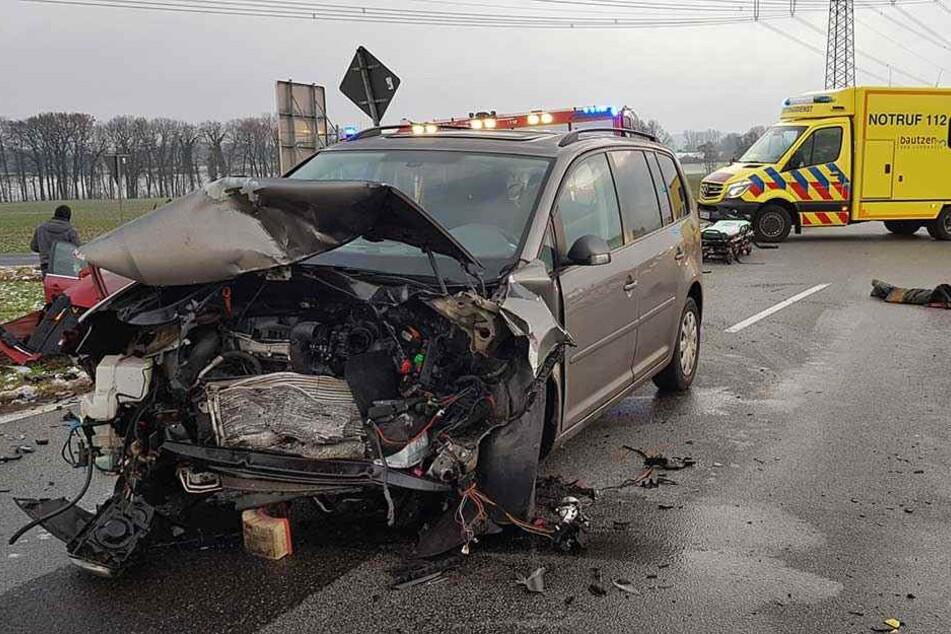 Die Front des VWs ist völlig zerstört.