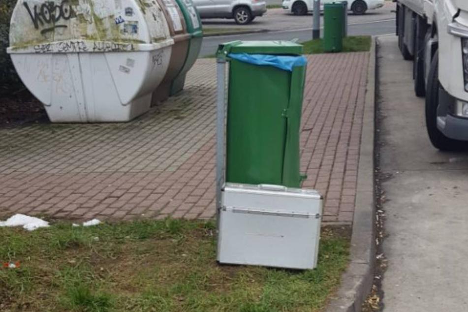 Dieser Koffer wurde auf dem Parkplatz gefunden.